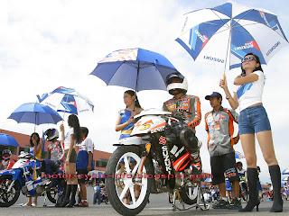 umbrella girl in start - finish line with racer