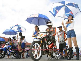 umbrella girl in start - finish line with racer