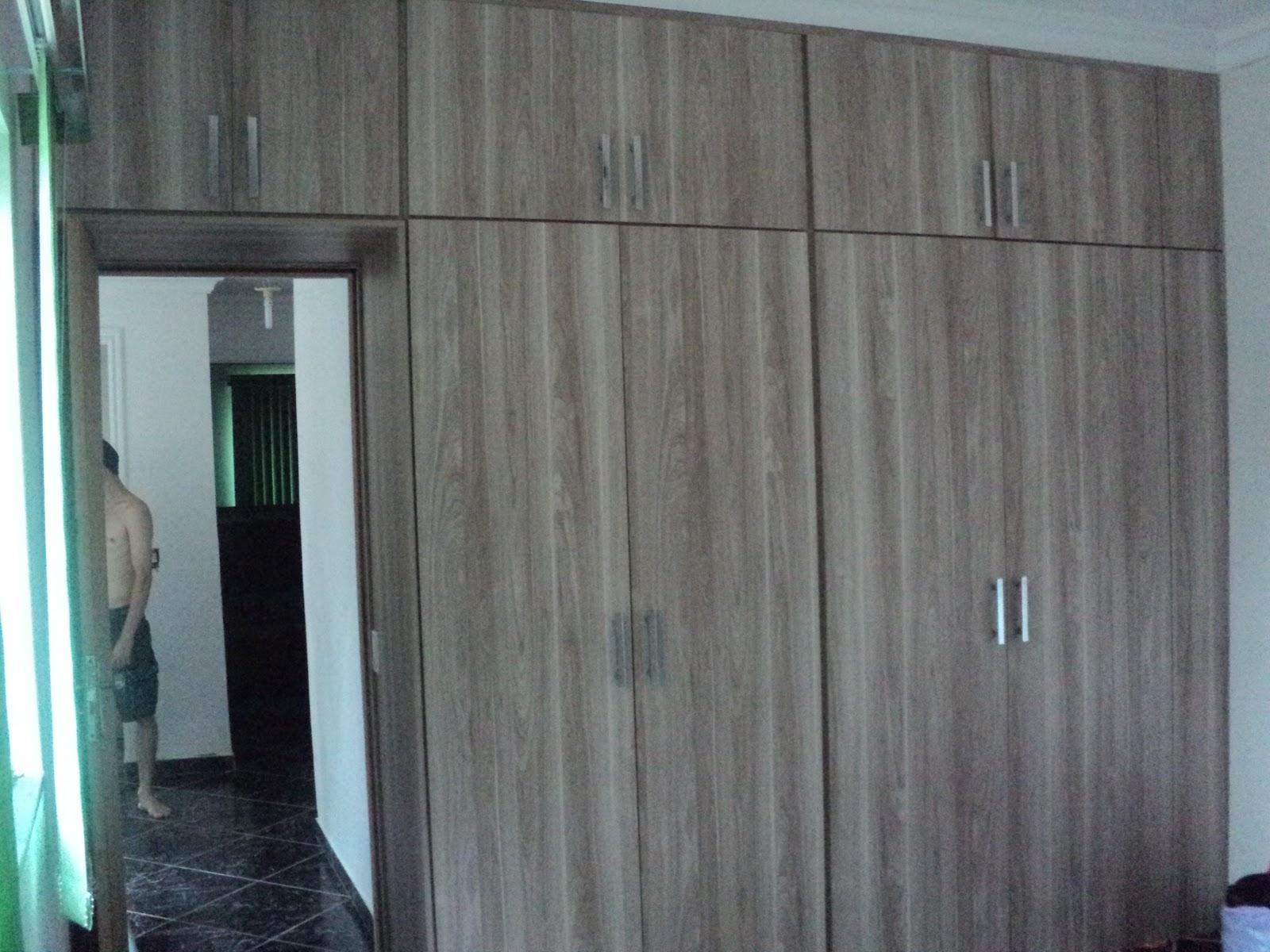 Detalhe porta de passagem para o banheiro com prateleiras em seu  #428989 1600x1200 Armario Banheiro Embutido