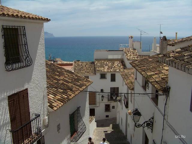 Casas blancas tradicionales junto al mar en Europa