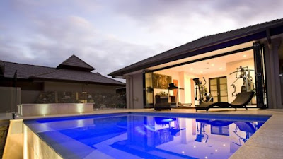 Piscina exterior en casa resort