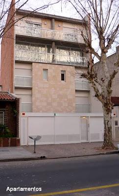 Edificio residencial bajo estilo Contemporáneo en el barrio de Villa Devoto