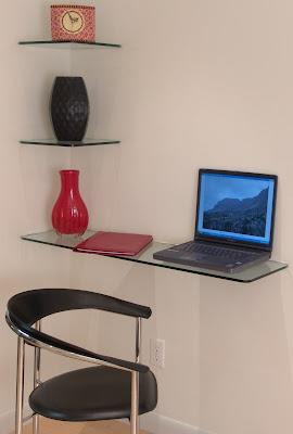 Estantes de vidrio y escritorio