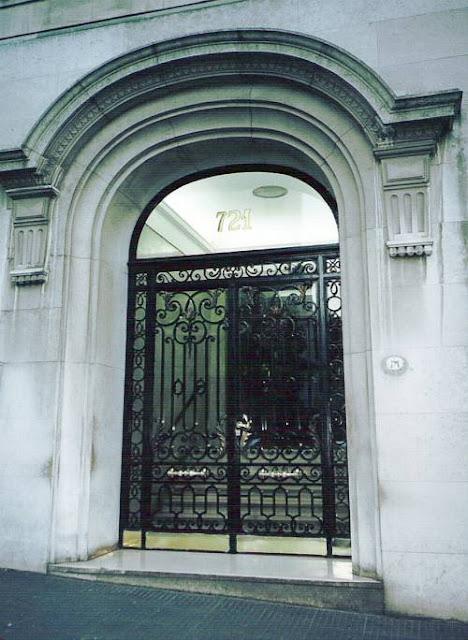 Puerta de rejas de hierro forjado artístico en Buenos Aires