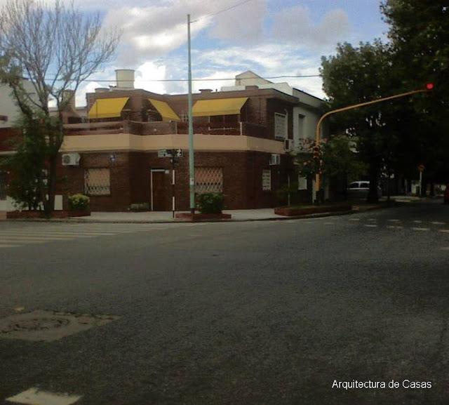 Casa moderna en esquina de un barrio de Buenos Aires