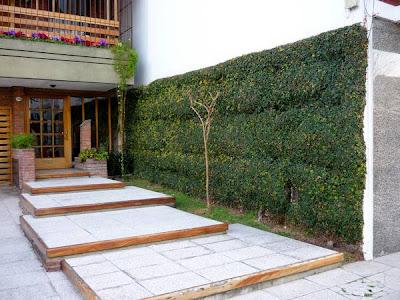 Jardín en acceso a edificio residencial