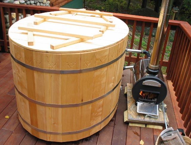 Tina De Baño Japonesa:Arquitectura de Casas: Piscina de madera como tonel en exteriores