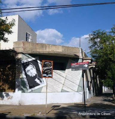 Mural del escritor Cortázar en una ochava de la Ciudad de Buenos Aires
