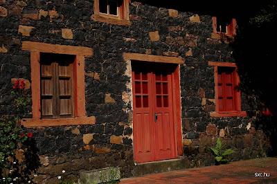 Fachada de una vieja casa de piedra