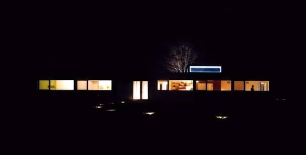 Casa de aluminio vista nocturna de la fachada principal