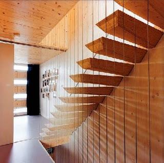 Escalera interior en una casa contemporánea holandesa de diseño temático marino