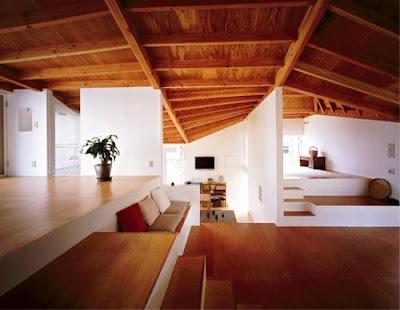 Techos de madera en la casa japonesa vista desde el interior