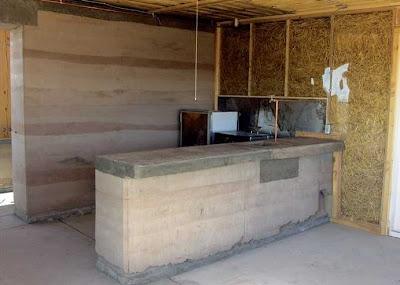 Interior de una casa de tierra apisonada bioclimática
