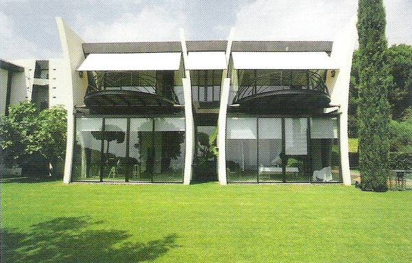 Arquitectura de casas casa moderna en catalu a con arte - Pintura casa moderna ...