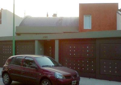 Frente de una casa residencial de barrio en Buenos Aires