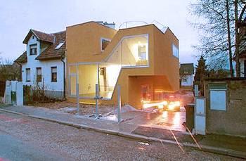 Casa contemporánea pintada de amarillo en Austria