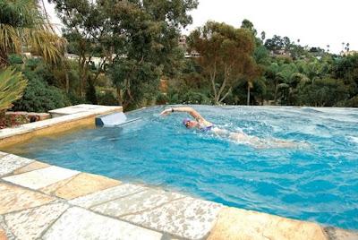 Máquina para nadar funcionando en una piscina