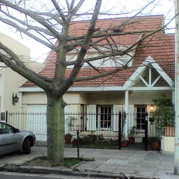 Fachada a la calle de un chalé moderno en Buenos Aires