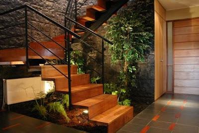 Escalera de una casa urbana contemporánea en Chile