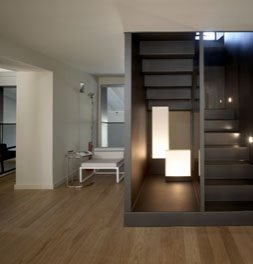 Escalera interior de la casa rehabilitada