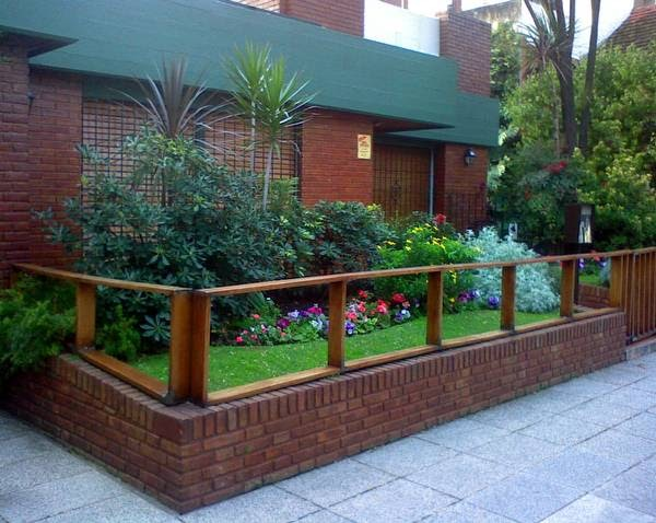 Arquitectura de casas plantas y flores en el frente for Casa con jardin al frente