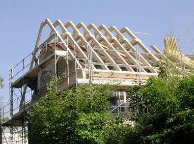 Reforma del tope de una casa suiza de estilo Moderno para darle un techo a dos aguas