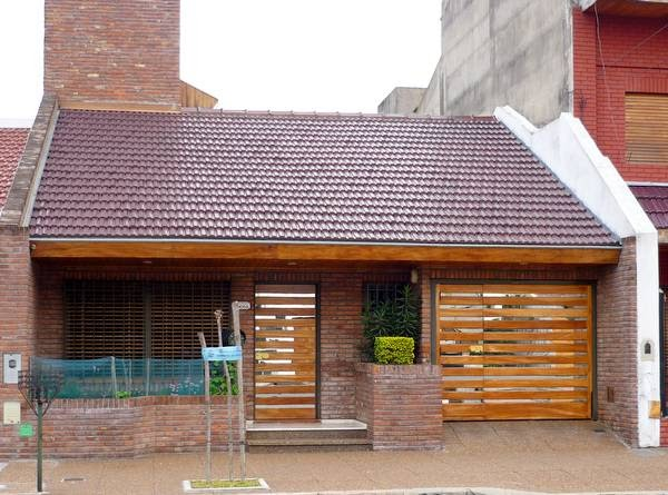 Arquitectura de casas espejos en la fachada de una casa for Frentes de viviendas