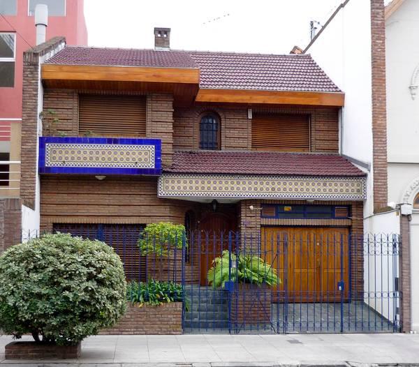 arquitectura de casas casa decorada de azulejos al frente