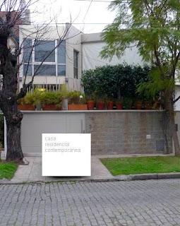 Fachada principal de una casa contemporánea en barrio de Buenos Aires