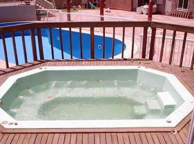 Pequeña piscina de interiores