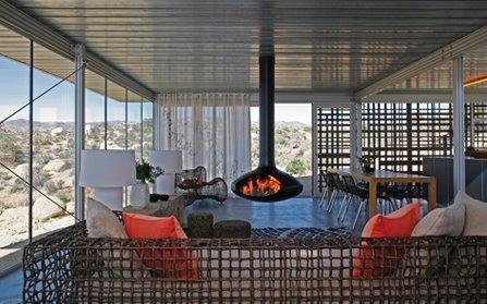 Interior de la casa autosustentable en el desierto americano