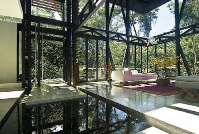 Sala de estar en el amplio pabellón de diseño Tropical