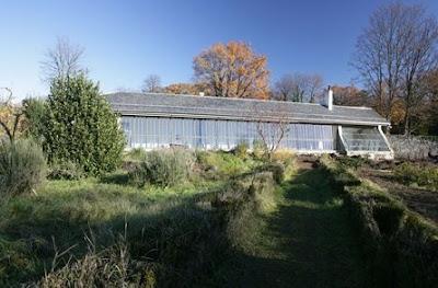 Antígüo galpón de campo reciclado en una propiedad rural de Suiza