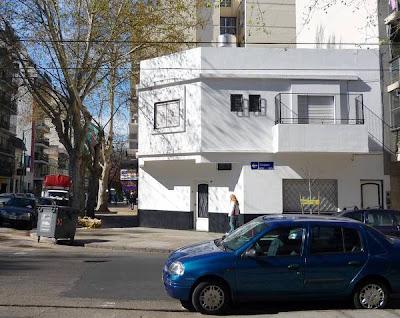Casa pintada en blanco y negro
