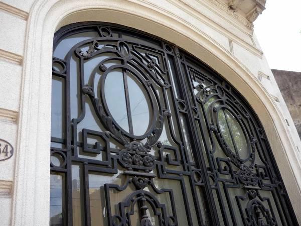 Portón con reja de hierro