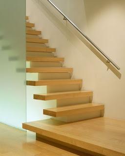 Escalones de madera lustrada
