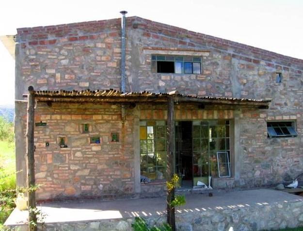 Arquitectura de casas casa de piedra y ladrillos en villa giardino - Construccion casa de piedra ...