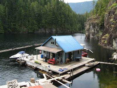 Cabaña de madera sobre tarima flotante en un lago