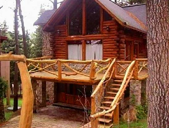 Cabaña de troncos rústicos