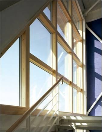 Gran ventanal hecho de madera de bambú