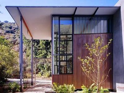 Vista lateral de la casa de madera y metal