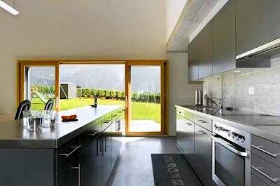 Cocina comedor y abertura al deck exterior