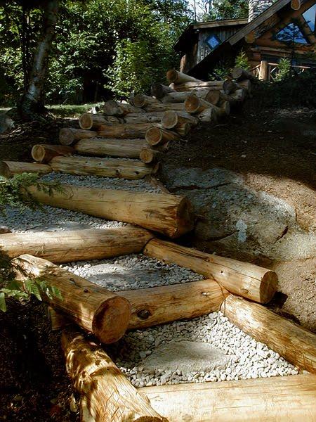Escalinata exterior de troncos rústicos de árboles