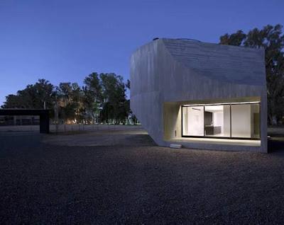 Vista de la casa en la noche con luz interior