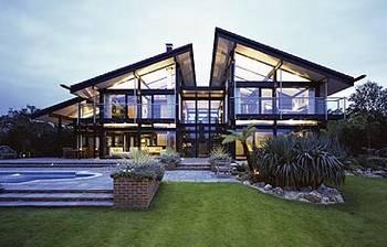 Contrafachada de la moderna residencia alemana con techo a dos aguas