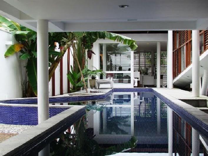 Arquitectura de casas piscina en la planta baja de la casa for Plantas para piscinas