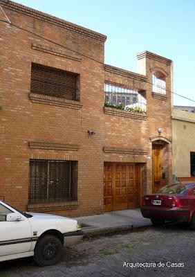 Fachada de ladrillo vista en una vivienda de barrio de la Ciudad de Buenos Aires