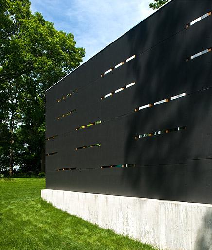 Siding en una de las fachadas de la residencia estilo Contemporáneo