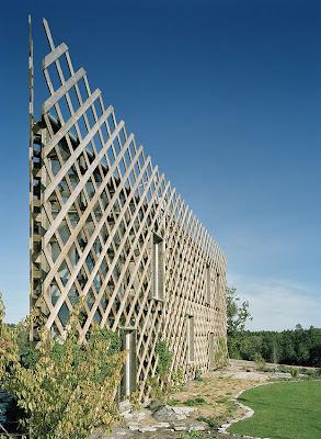Perspectiva de la casa sueca con jardines verticales en las fachadas