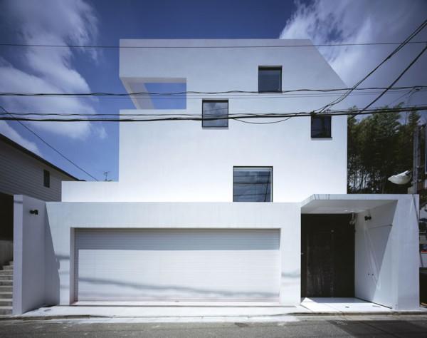 de la propiedad estilo Contemporáneo, acceso a cocheras adelante